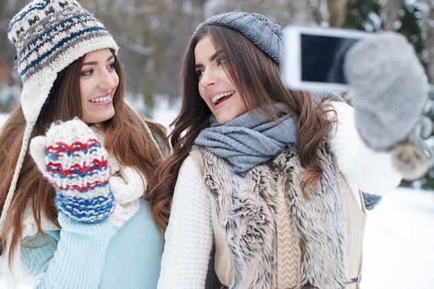 Jeune femme prenant un selfie en hiver