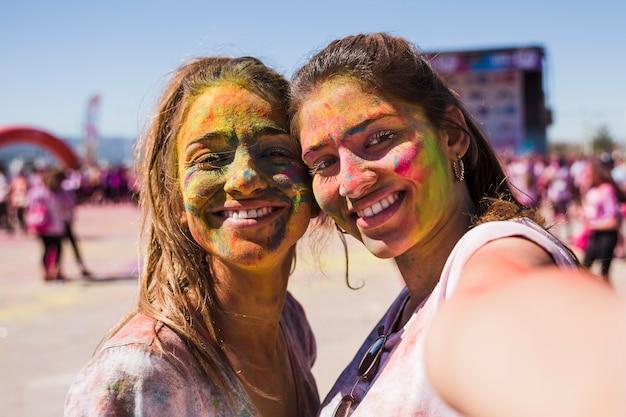 Jeune femme prenant selfie avec son amie