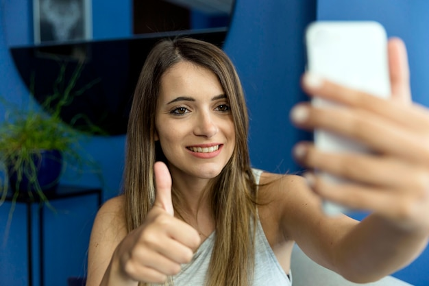 Jeune femme prenant un selfie