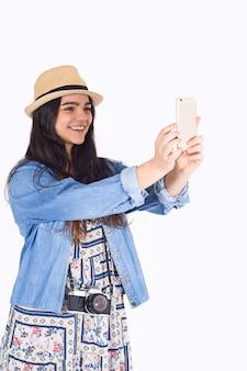 Jeune femme prenant selfie