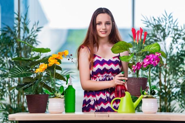 Jeune femme prenant soin des plantes de la maison