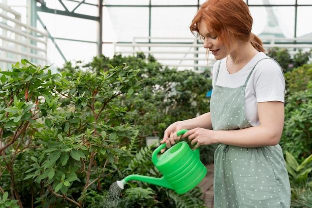 Jeune femme prenant soin de ses plantes