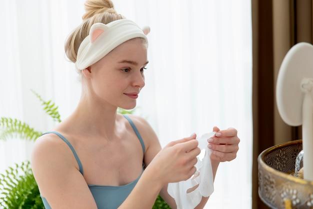 Jeune femme prenant soin de son visage