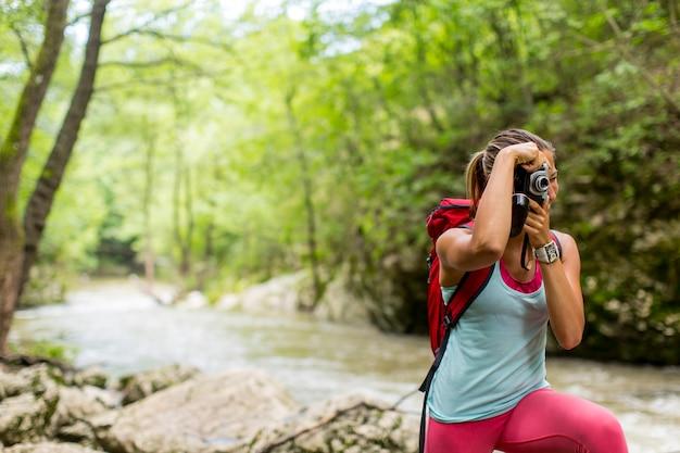 Jeune femme, prendre photo, pendant, randonnée