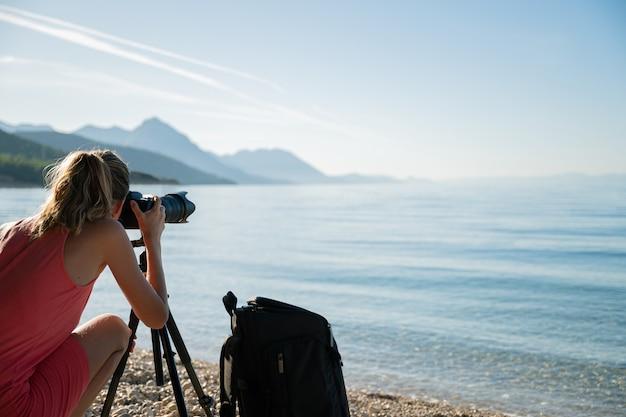 Jeune femme, prendre photos, de, beau, matin, mer