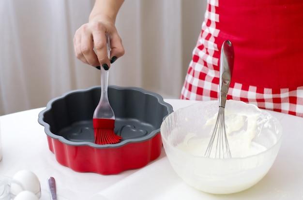 Jeune femme préparant des biscuits de noël à la maison