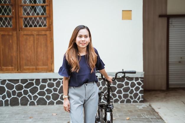 Jeune femme préparant son vélo pliant