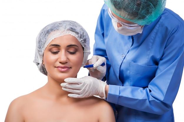 Jeune femme prépare pour la chirurgie plastique isolée