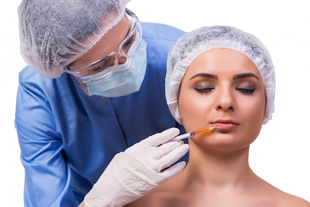 Jeune femme prépare pour l'injection de botox isolée