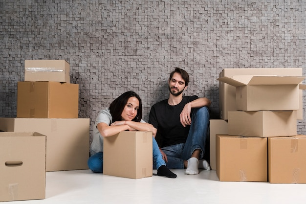 Jeune, femme, préparer, boîtes, relocalisation