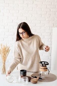 Jeune femme, préparer, café, dans, cafetière