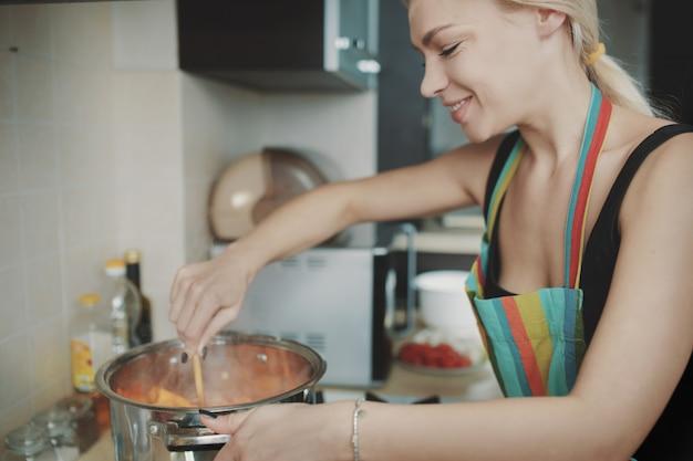Jeune, femme, préparer, potiron, soupe