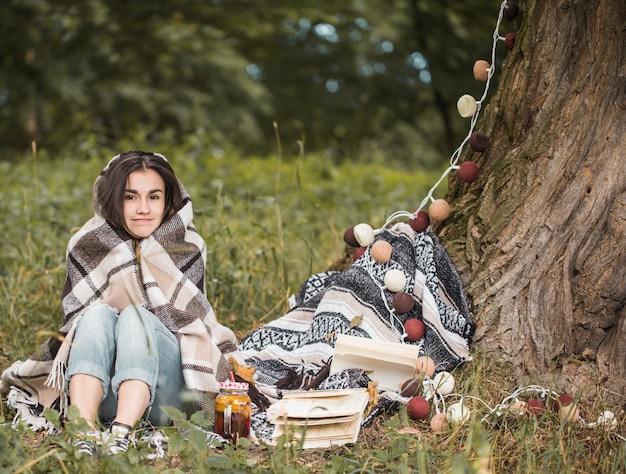 Jeune femme, près, a, arbre, lecture livre