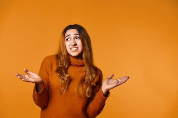 Jeune femme a présenté ses excuses et écarte les mains