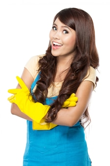 Jeune femme prête à faire du ménage