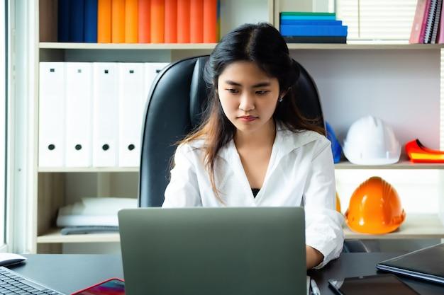 Jeune femme a des problèmes en travaillant au bureau