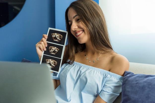 Jeune femme profitant des nouvelles technologies