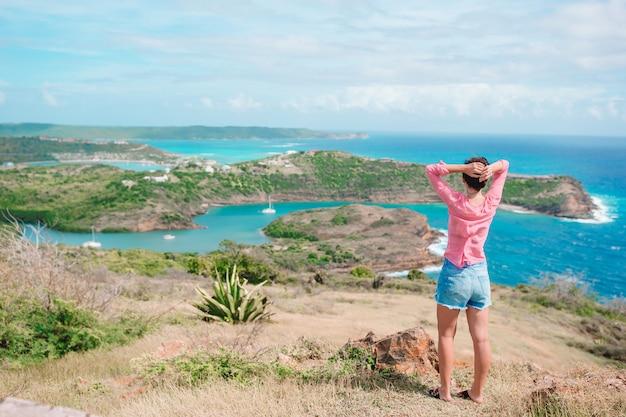 Jeune femme profitant d'une vue imprenable sur le magnifique paysage
