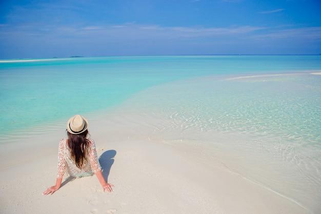 Jeune femme profiter de vacances à la plage tropicale sur les maldives