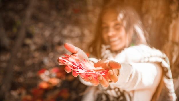 Jeune femme, projection, automne, feuilles