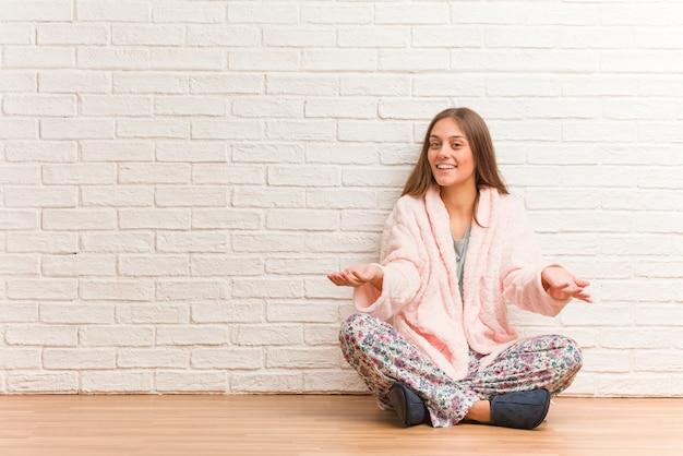 Jeune femme en pyjama invitant à venir