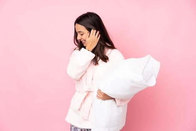 Jeune femme en pyjama sur isolé