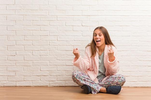 Jeune femme en pyjama surprise et choquée
