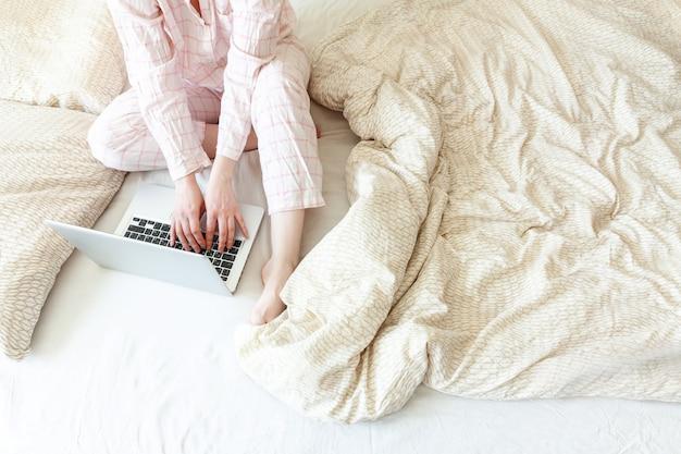 Jeune, femme, pyjamas, séance, lit, maison, fonctionnement, utilisation ...