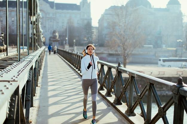 Jeune femme qui court dans la ville