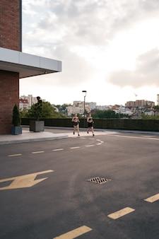 Jeune femme qui court sur le trottoir le matin. concept soucieux de la santé.