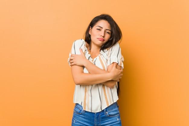 Jeune femme qui devient froide en raison de la basse température