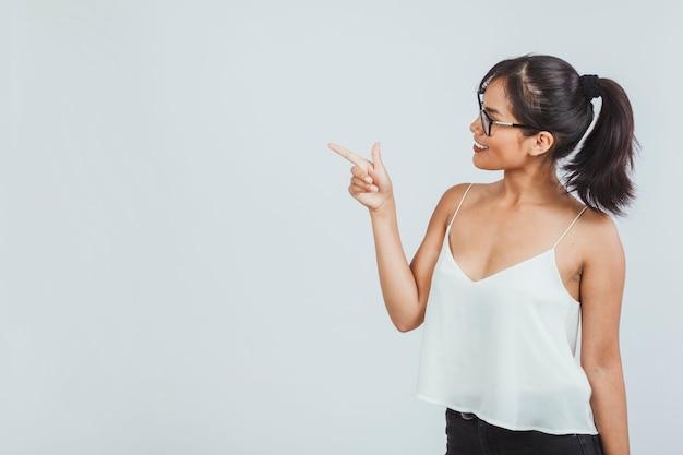 Jeune femme qui pointe son doigt