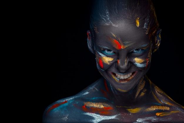 Jeune femme qui pose recouverte de peinture noire