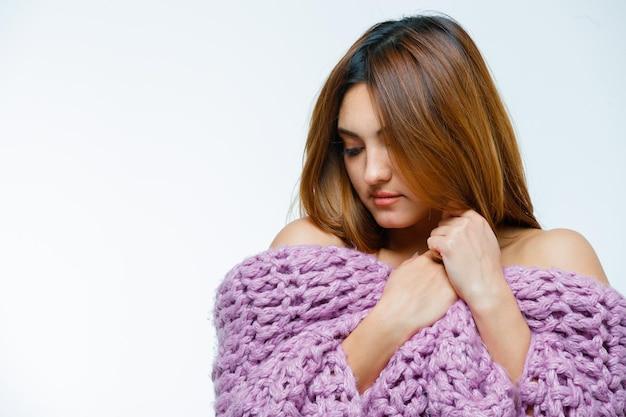 Jeune femme qui pose en tricot