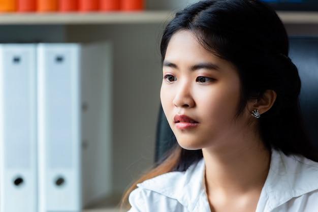 Jeune femme qui travaille au bureau