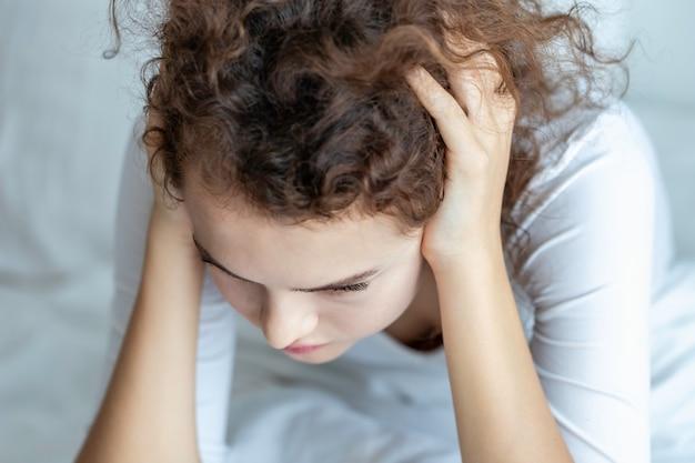 Jeune femme de race blanche inquiète et déprimée par les problèmes de la relation.