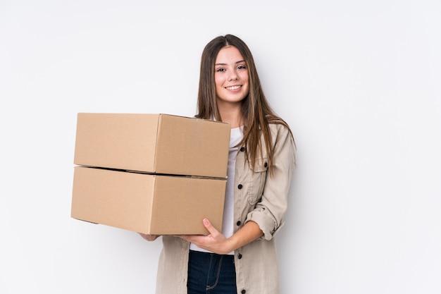Jeune femme de race blanche se déplaçant vers une nouvelle maison heureuse, souriante et joyeuse.