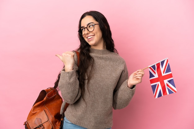 Jeune femme de race blanche tenant un drapeau du royaume-uni isolé