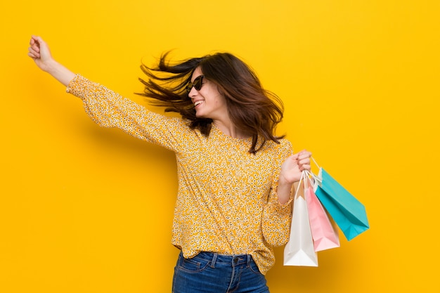 Jeune femme de race blanche va faire du shopping