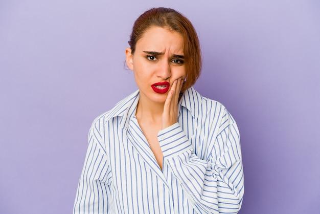 Jeune femme de race mixte arabe ayant une forte douleur dentaire, une douleur molaire.