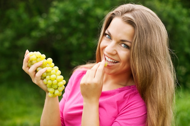 Jeune femme, à, raisins
