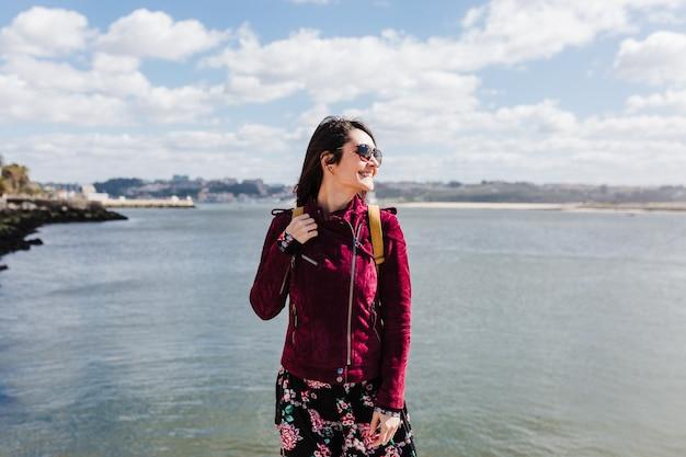 Jeune femme de randonneur caucasien visite vue sur porto au bord de la rivière. concept de voyage et d'amitié