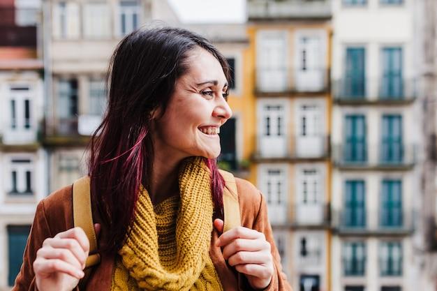 Jeune femme de randonneur caucasien visite des vues de porto. concept de voyage et d'amitié
