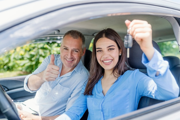 Jeune femme ravie d'avoir passé son test de conduite