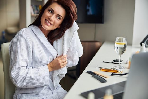Jeune femme ravie positive se préparant pour la date