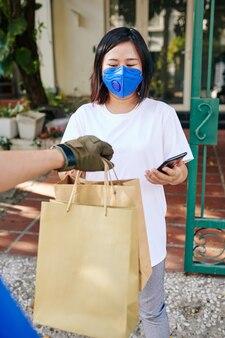 Jeune femme, réception, sacs papier