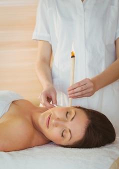 Jeune femme recevant un traitement d'oreille