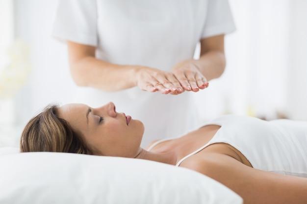 Jeune femme recevant un traitement de reiki