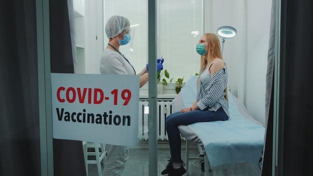 Jeune femme recevant le vaccin contre le coronavirus à l'hôpital