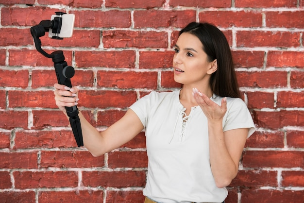 Jeune femme recodant une vidéo